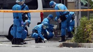 Miembros de la Policía forense mientras inspeccionaban la escena del crimen donde un hombre atacó a 19 personas con un arma blanca en Kawasaki, al sur de Tokio, Japón, el 28 de mayo de 2019.