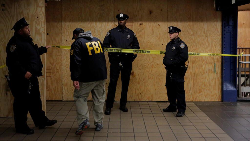Un miembro del FBI ingresa a la escena del crimen debajo de la Terminal de Autobuses de la Autoridad Portuaria de Nueva York después de un intento de detonación durante la hora pico de la mañana, en la ciudad de Nueva York, Nueva York, EE.UU., el 11 de diciembre de 2017.