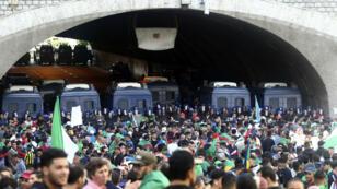 La police bloque le Tunnel des Facultés à Alger, théâtre de heurts le 12 avril 2019.