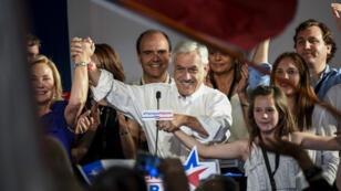 Le candidat de droite Sebastian Piñera à l'issue du premier tour de la présidentielle à Santiago du Chili, le 19 novembre.