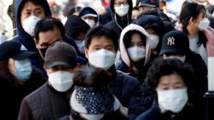 طابور طويل لشراء أقنعة طبية من مكتب بريد وسط ارتفاع الحالات المؤكدة لمرض فيروس كورونا، في دايجو، كوريا الجنوبية، 4 مارس/ آذار  2020.