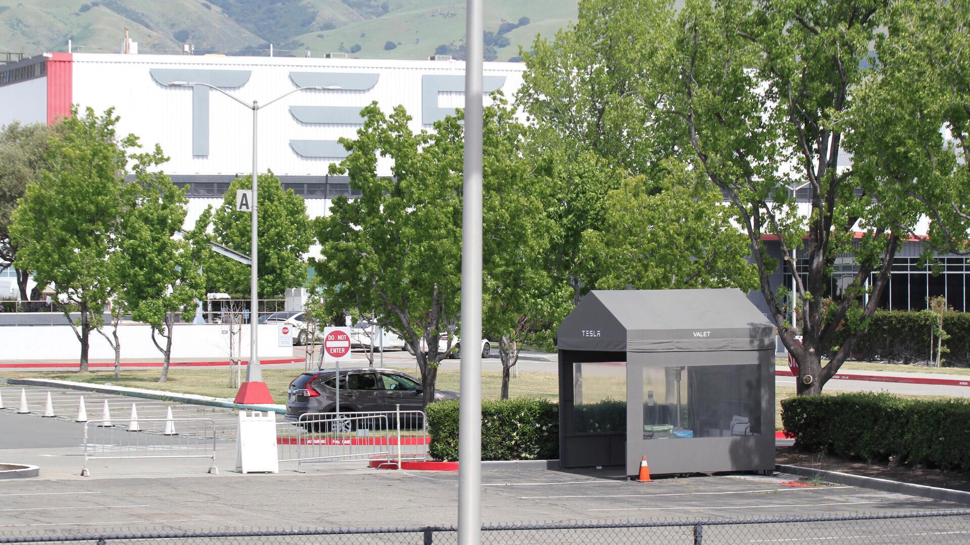 Una tienda de valet parking se ve vacía en el estacionamiento de la única fábrica de vehículos de Tesla Inc. en Fremont, California, EE. UU., durante el brote global del coronavirus Covid-19, el 8 de mayo de 2020.