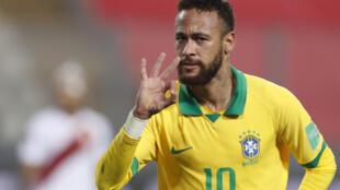 مهاجم البرازيل نيمار دا سيلفا يحتفل بثلاثيته في مرمى البيرو (4-2) في الجولة الثانية من تصفيات أميركا الجنوبية في 13 تشرين الأول/أكتوبر 2020.
