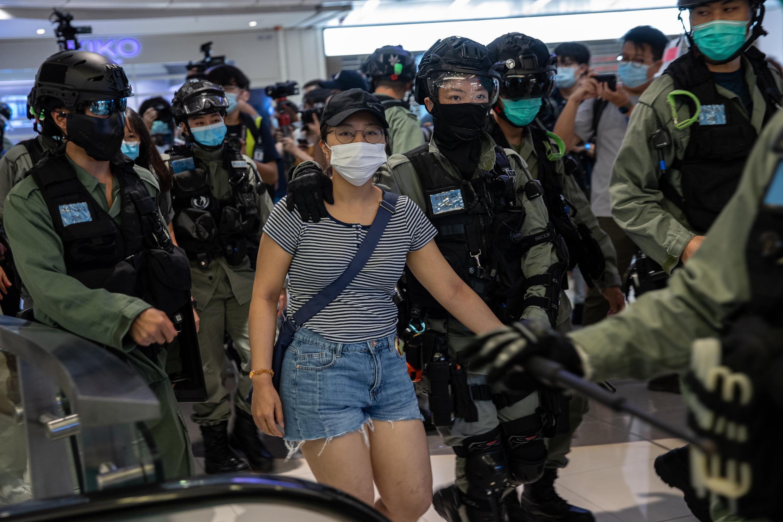 Una mujer es detenida en medio de las protestas contra la controvertida ley de seguridad nacional, en Hong Kong, el 6 de julio de 2020.