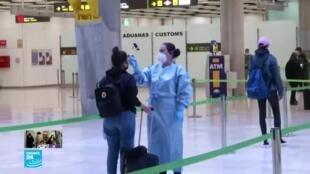 فحص درجة حرارة المسافرين في مطار مدريد بإسبانيا.