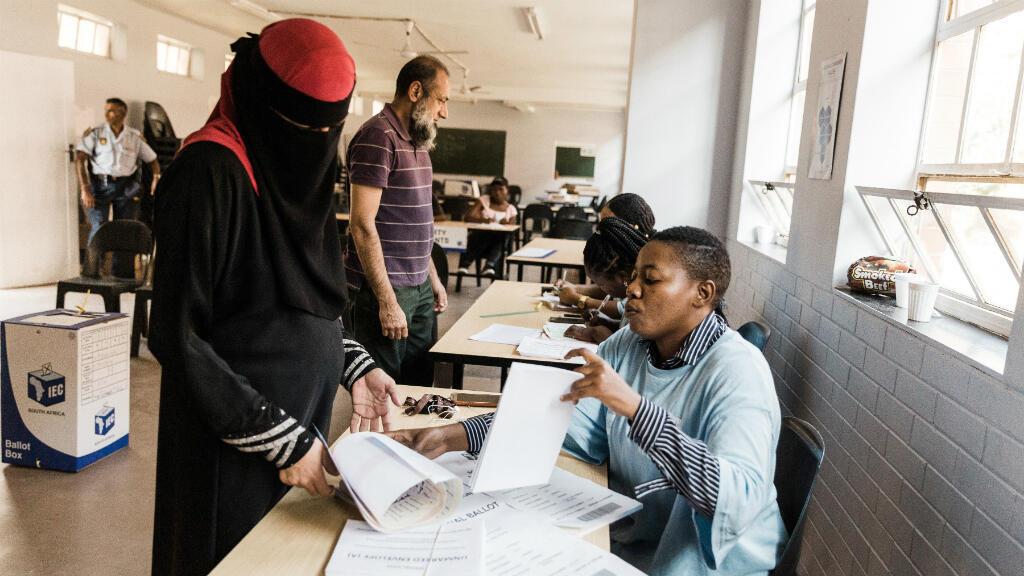 Votantes musulmanes emiten su voto durante el segundo día de la votación especial antes de las elecciones generales del 8 de mayo. Durban, Sudáfrica, el 7 de mayo de 2019.