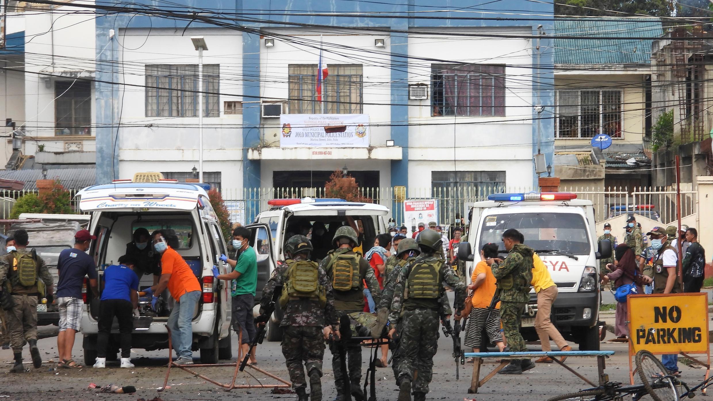 Soldados llevan cuerpos en el lugar de una explosión en la ciudad de Jolo, provincia de Sulu, al sur de Filipinas, el lunes 24 de agosto de 2020.