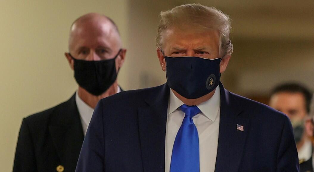 El presidente Donald Trump utiliza una mascarilla, durante una visita a un hospital militar, en Bethesda, Maryland, Estados Unidos, el 11 de julio de 2020.