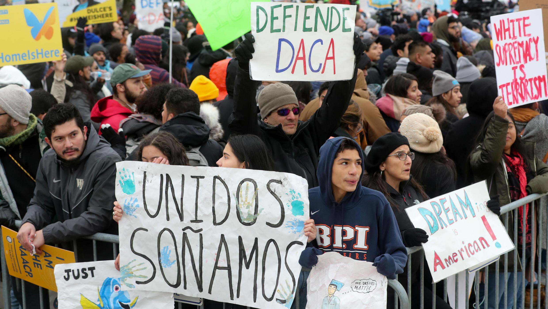 Cientos de personas protestas a las afueras de la Corte Suprema donde se escuchan los argumentos a favor y en contra del programa DACA, en Washington D. C., Estados Unidos, el 12 de noviembre de 2019.