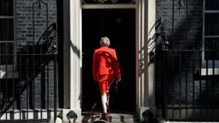 La primera ministra, Theresa May, vuelve al número 10 de Downing Street tras realizar un anuncio. 24 de mayo de 2019.