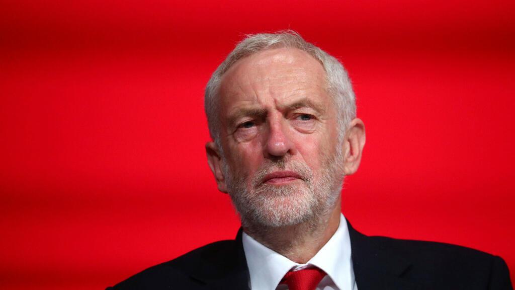 El líder del Partido Laborista de Gran Bretaña, Jeremy Corbyn, se sienta en el escenario de la Conferencia anual del Partido Laborista en Liverpool, Reino Unido, el 23 de septiembre de 2018.