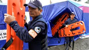 Des secouristes participent à un exercice en cas de séisme à l'échelle nationale, à Lima, le 31 mai 2012.