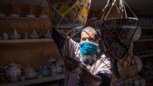 Un alfarero coloca sus cerámicas en su tienda en Sale, al norte de Rabat,  el 3 de junio de 2020