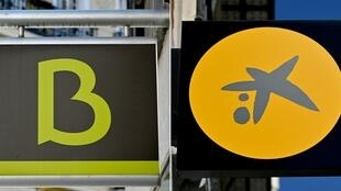 Sendas fotografías de los logotipos de Bankia y Caixabank tomadas en Madrid, el 4 de septiembre de 2020