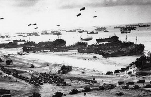 Des ballons de barrage antiérien au dessus des plages du débarquement en 1944