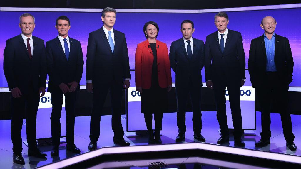 Les candidats à la primaire de la gauche posent pour une séance photo avant de s'affronter pour un troisième et dernier débat, jeudi 19 janvier 2017.