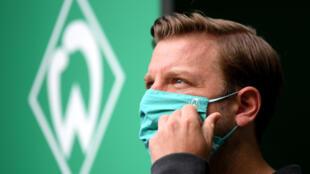Bremen head coach Florian Kohfeldt wears a face mask ahead of the 4-1 home defeat to Bayer Leverkusen on Monday.