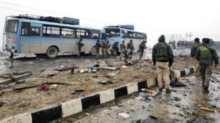 Soldados de la India examinan el lugar de la explosión de un coche bomba que impactó un bus de la Fuerza Central de Policía de Reserva en el distrito de Pulwama, India, el 14 de febrero de 2019.