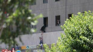 Plusieurs coups de feu et des explosions ont retenti à l'intérieur du parlement iranien, mercredi 7 juin.