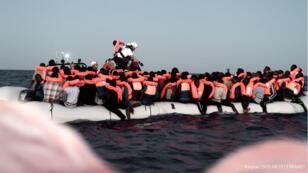 Des migrants sauvés par les équipes de SOS Méditerrannée, le 9 juin 2018.