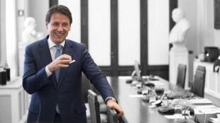 Una foto distribuida por la oficina de prensa del Palacio Chigi muestra al primer ministro italiano Giuseppe Conte durante una pausa de una ronda de consultas para la formación del nuevo Gobierno, Roma, Italia, 30 Agosto de 2019.