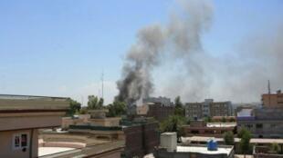تصاعد الدخان فوق مبنى يتعرض لهجوم في جلال آباد الثلاثاء، 31 تموز/يوليو 2018