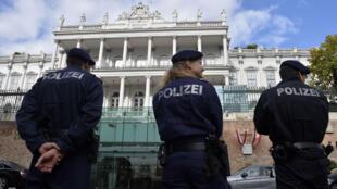 """Des forces de police devant le Palais Coburg, à Vienne, où doivent se tenir les négociations finales entre l'Iran et les puissances du """"5+1""""."""