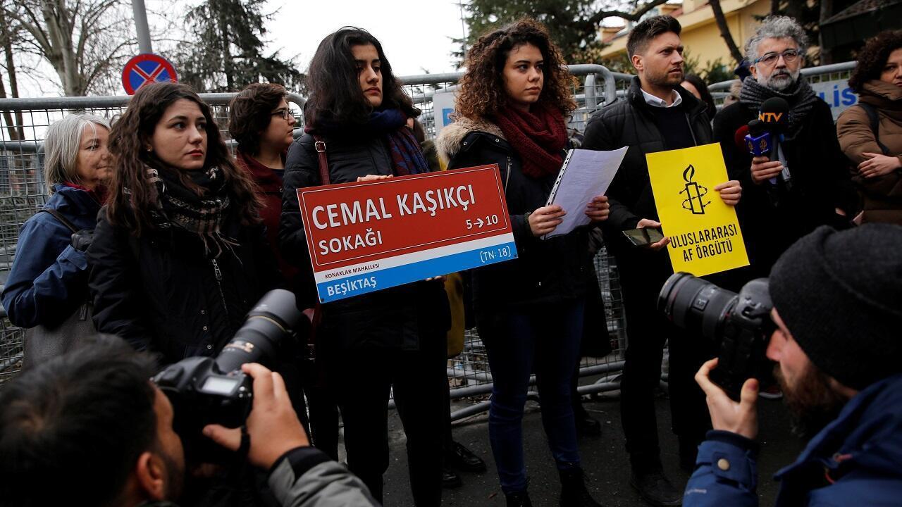 Miembros de Amnistía Internacional Turquía celebran una manifestación para conmemorar el centésimo día de la desaparición del periodista saudita Khashoggi frente al Consulado de Arabia Saudita en Estambul, el 10 de enero de 2018.