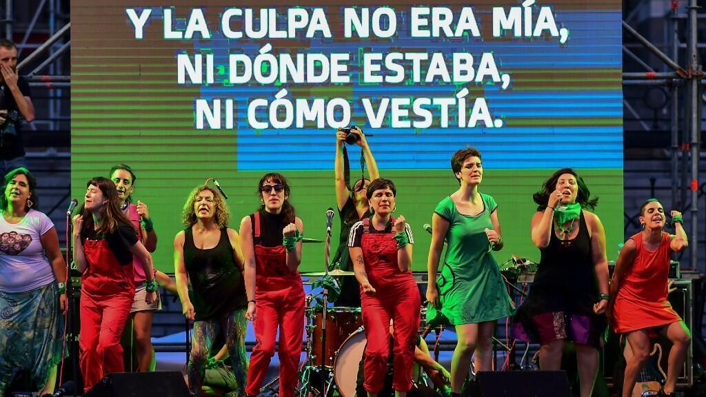 """El grupo feminista chileno llamado """"Las Tesis"""" baila durante una protesta que exige la despenalización del aborto en el Congreso Nacional de Argentina en Buenos Aires el 19 de febrero de 2020."""