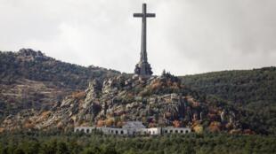Desde su muerte, en noviembre de 1975, Franco yace en el Valle de los Caídos, un imponente mausoleo a unos 50 km al noroeste de Madrid, que por decisión suya construyeron miles de presos políticos en los años 40 y 50.