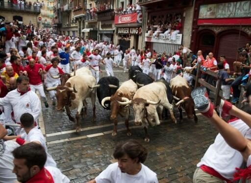 Los participantes en el encierro de San Fermín corren con los toros el 7 de julio de 2018 en Pamplona, España.