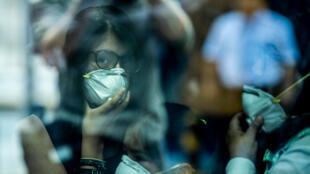 Pasajeros caminan con máscaras protectoras, como medida preventiva respecto al virus Covid-19, en el Aeropuerto Internacional Jorge Chávez, en Lima, el 27 de febrero de 2020.