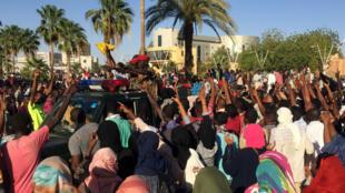 Des manifestants lors d'un rassemblement à Khartoum pour demander la démission du président el-Béchir, le 6avril2019.