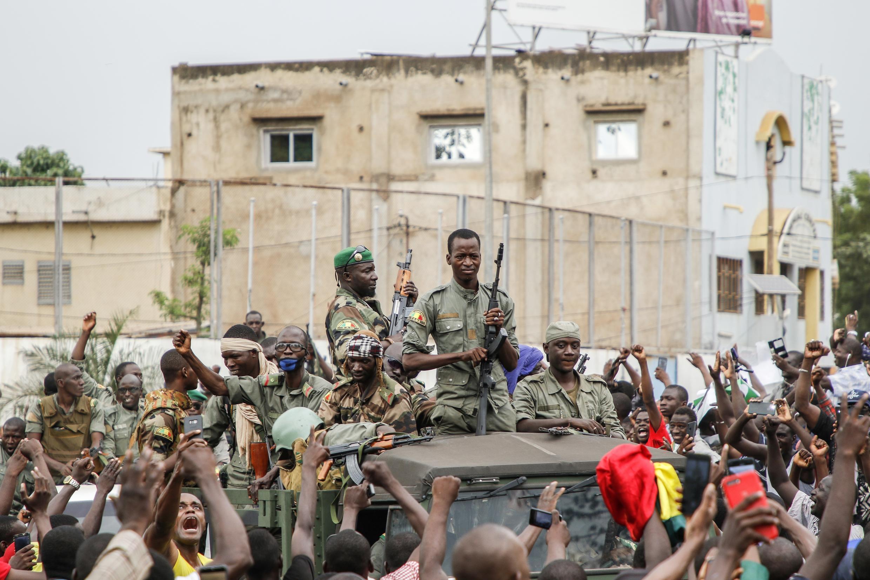 Soldados de las Fuerzas Armadas de Mali son bienvenidos en la Plaza de la Independencia en Bamako, el 18 de agosto de 2020, después del arresto del presidente, Ibrahim Boubacar Keïta.