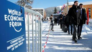 Los asistentes llegan a la reunión anual del Foro Económico Mundial en Davos, Suiza, el 23 de enero de 2018.