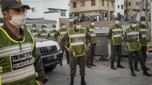 عناصر من قوة تابعة لوزارة الداخلية المغربية تقوم بدورية في أحد أحياء الرباط لفرض الالتزام باجراءات الاغلاق في مواجهة كورونا في 17 آب/اغسطس 2020.