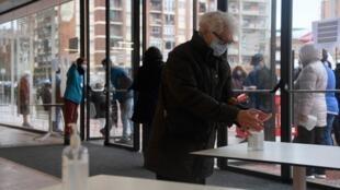 الناخبون يدلوون بأصواتهم في انتخابات محلية في إقليم كاتالونيا بإسبانيا في 14 فبراير 2021