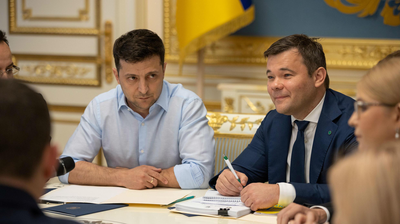 El Presidente de Ucrania Volodymyr Zelenskiy (L) y su abogado y asesor Andriy Bogdan (R) asisten a una reunión con los legisladores en Kiev, Ucrania, 21 de mayo de 2019.