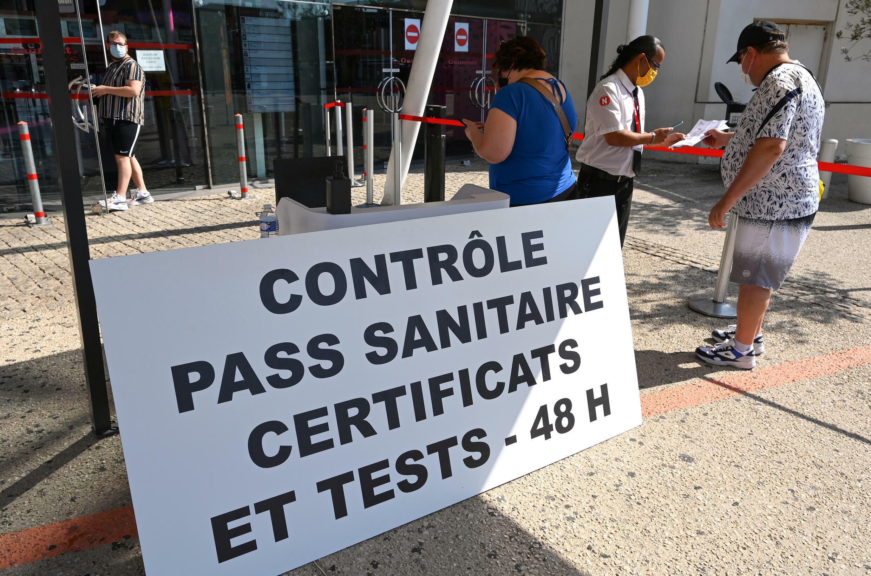 Contrôle du pass sanitaire au Gaumont Multiplex de Montpellier dans l'Hérault, le 29 juillet 2021