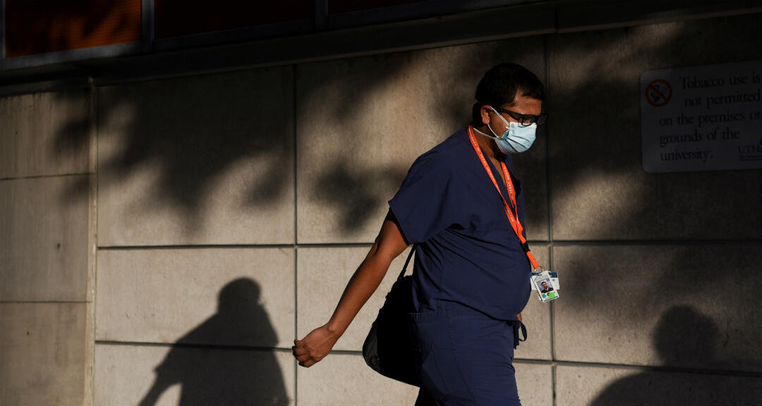Un trabajador de la salud camina al trabajo mientras los casos de Covid-19 aumentan en Houston, Texas, EE. UU., el 8 de julio de 2020.