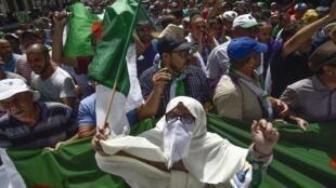 متظاهرون جزائريون في مسيرة للتنديد بالطبقة الحاكمة في الجزائر العاصمة - 9 أغسطس/آب 2019