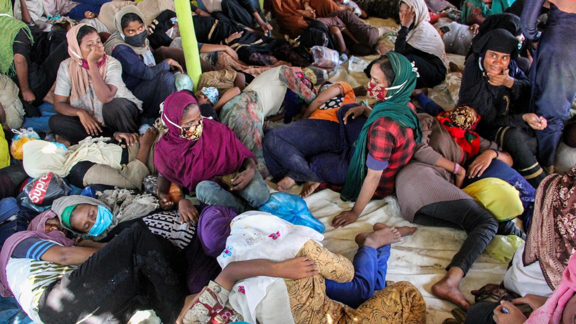 لاجئون من الروهينغا يرتاحون بمدينة لوكيسوماوي بإقليم أتشيه الإندونيسي بعد أن قضوا سبعة أشهر في البحر، 7 أغسطس/آب 2020.