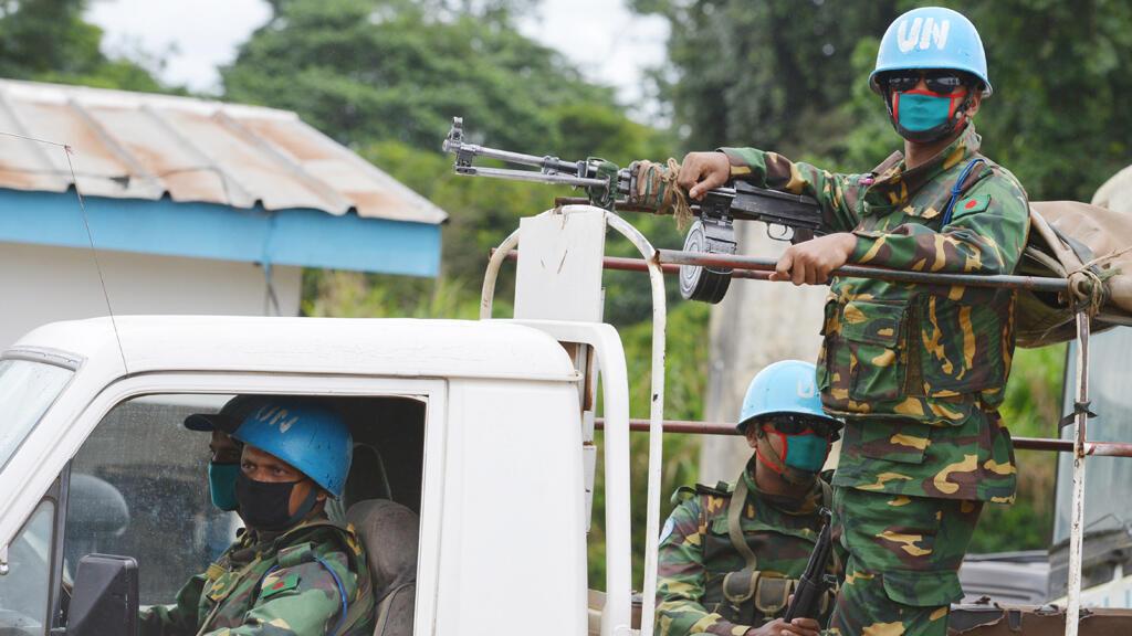 Des soldats de l'Onuci portent des masques pour se protéger de l'Ebola, le 14 août, près de Kandopleu, dans l'ouest de la Côte d'Ivoire