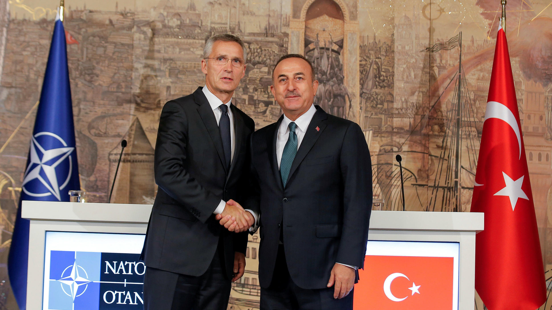El canciller turco, Mevlut Cavusoglu, se da la mano con el secretario general de la OTAN, Jens Stoltenberg, después de una conferencia de prensa en Estambul, Turquía, el 11 de octubre de 2019.