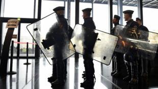 Forces de sécurité à l'aéroport de Nantes, en janvier 2016.