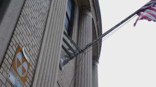 A Manhattan, un panneau cloué sur la façade d'un bureau de poste indique que les lieux abritaient autrefois un abri anti-atomique.