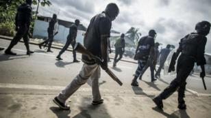 Une patrouille de soldats gabonais dans une rue proche de l'Assemblée nationale, à Libreville, le 1er septembre 2016.
