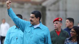 El presidente de Venezuela, Nicolás Maduro, alza el brazo mientras llega para un evento con simpatizantes en el Palacio Miraflores en Caracas, el 22 de noviembre de 2017.