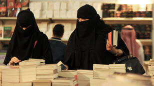 Des femmes assistent à la Foire internationale du livre de Jeddah, le 17 décembre 2016.