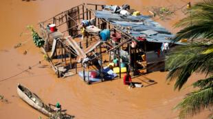 Así lucen este jueves 21 de marzo algunas viviendas después de las inundaciones que originó el ciclón Idai, en el distrito de Buzi, en Mozambique.
